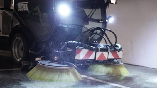 Garagestädningen blir effektiv med maskinsopning